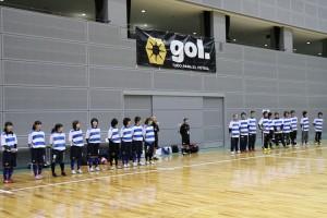 講師役は静岡県選抜の選手とNPOスポーツクラブたはらのスタッフです。特別協賛を頂いたフットサルブランドgolのプラシャツで参加者のみなさんにご挨拶。