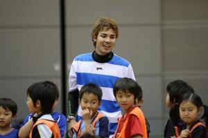特別ゲストとしてクリニックをお手伝いいただいた、デウソン神戸の岡崎チアゴ選手。(静岡県出身)