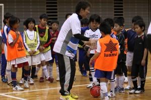 小学校高学年のクラスは、男子選抜が担当。保田県選抜ヘッドコーチが丁寧に指導していました。