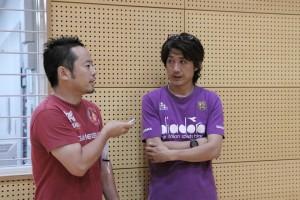 ▲試合後、橋爪氏の取材を受けるUNIAOの斉藤監督。注目は橋爪氏のTシャツか?背中もご紹介したかった。