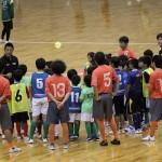▲高学年クラスでは櫻井静岡県選抜監督によるミーティングでクリニック開始。