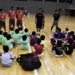 ▲ボールを蹴る事への心構えを伝える櫻井監督と真剣に聞く高学年クラスへの参加者。