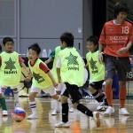 ▲6人のちびっ子ディフェンスにボールを奪われ苦笑いの静岡県選抜、本田選手。