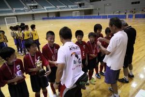小川4種委員長ほか、大会役員からメダルを授与されるPIVOの選手たち。