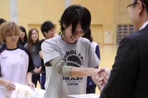 3位の賞状を受け取るのは川上。纐纈副理事長は岐阜県のフットサル委員長でもあるが「残念でした!」の一言が地元チームへのエールに聞こえたのは私だけではないはず。頑張れ!ファルコ!!