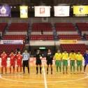 整列するHero FCとブリンカールFCの両チームのスタメン選手。