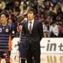 試合終了後、挨拶をする保田監督。ホームでの勝利を得られなかったが残り4試合の健闘を誓った。