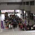 開場を待つ多くの観客が長蛇の列を作った。
